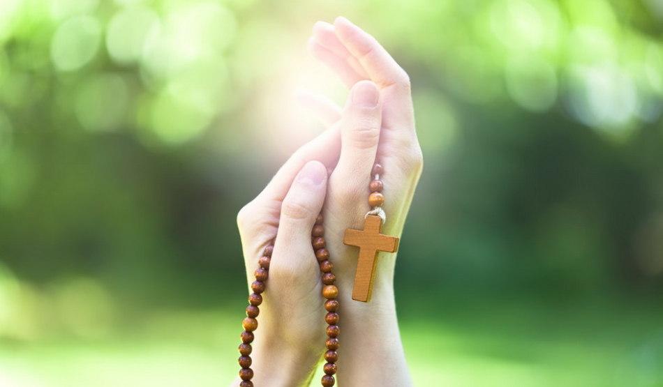 Молитва перед мощами и иконами