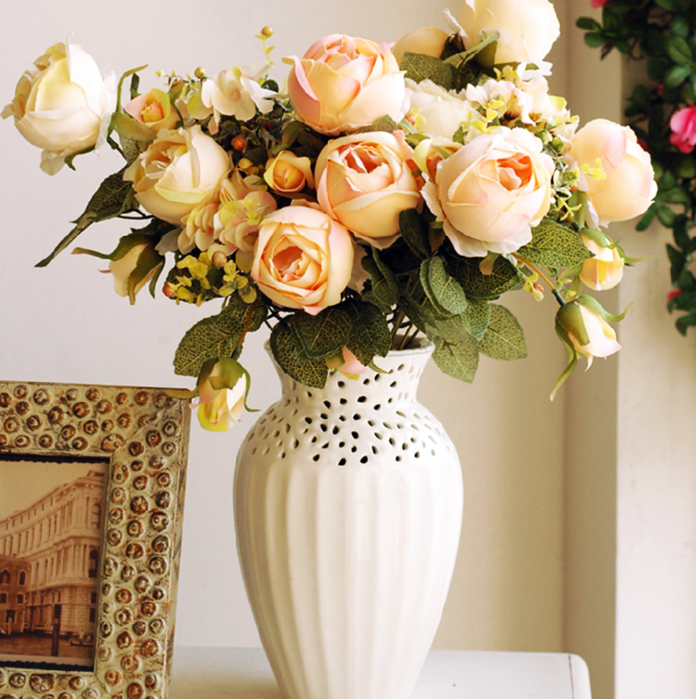 К розам важно добавлять укрепляющие добавки