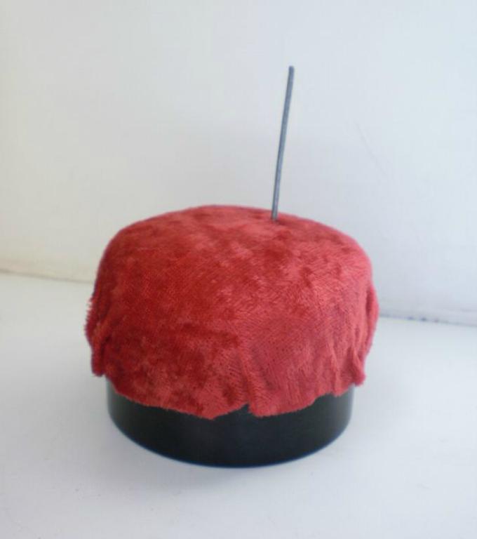 kak-sshit-kukolnii-myagkii-pufik-svoimi-rukami-iz-podruchnih-materialov-shag7 Домик и мебель для кукол своими руками из картона: схема, выкройка, фото. Как сделать кровать, диван, шкаф, стол, стулья, кресло, кухню, холодильник, плиту, коляску для кукол из картона своими руками