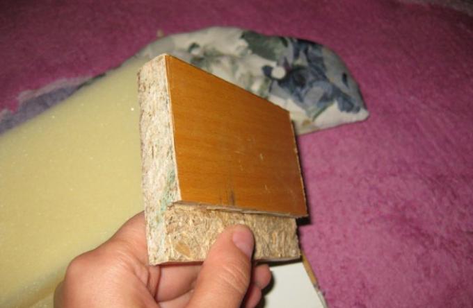 kak-sshit-kukolnii-myagkii-divan-svoimi-rukami-iz-podruchnih-materialov-shag10 Домик и мебель для кукол своими руками из картона: схема, выкройка, фото. Как сделать кровать, диван, шкаф, стол, стулья, кресло, кухню, холодильник, плиту, коляску для кукол из картона своими руками