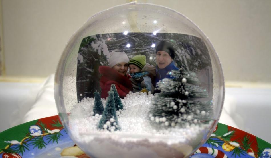 Стеклянный прозрачный шар со снегом и фотографией