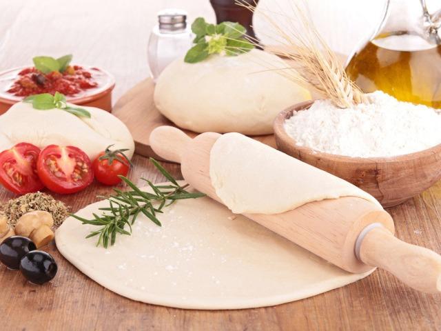 Идеальное тесто для домашней пиццы тонкое, мягкое и быстрое: 7 замечательных рецептов