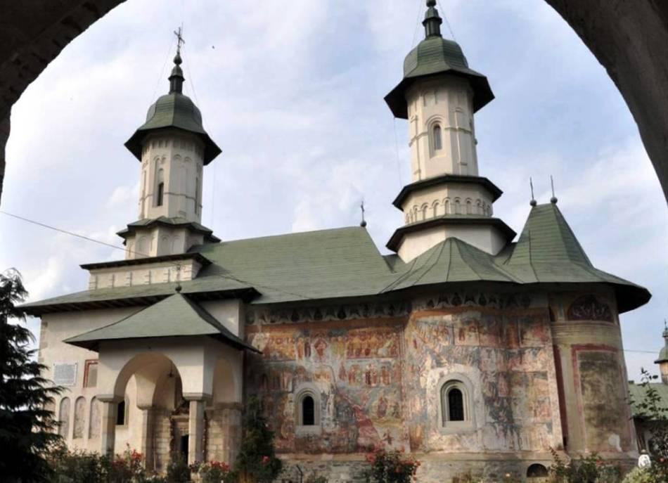 Отличие церкви от монастыря