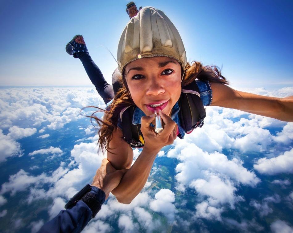 Прыжок с парашютом - подарок для смелых девушек