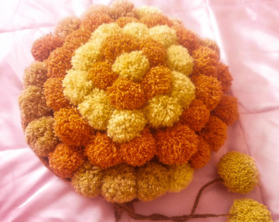 dekorativnaya-podushka Коврик из помпонов своими руками с использованием шерстяных ниток и мусорных пакетов. Основа для коврика из помпонов своими руками