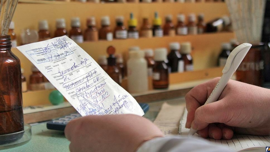 Психиатр выписывает больному рецепт на покупку антидепрессантов