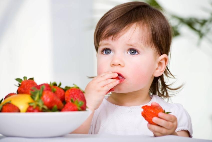 Врачи рекомендуют впервые предложить клубнику ребенку, которому уже исполнился годик.