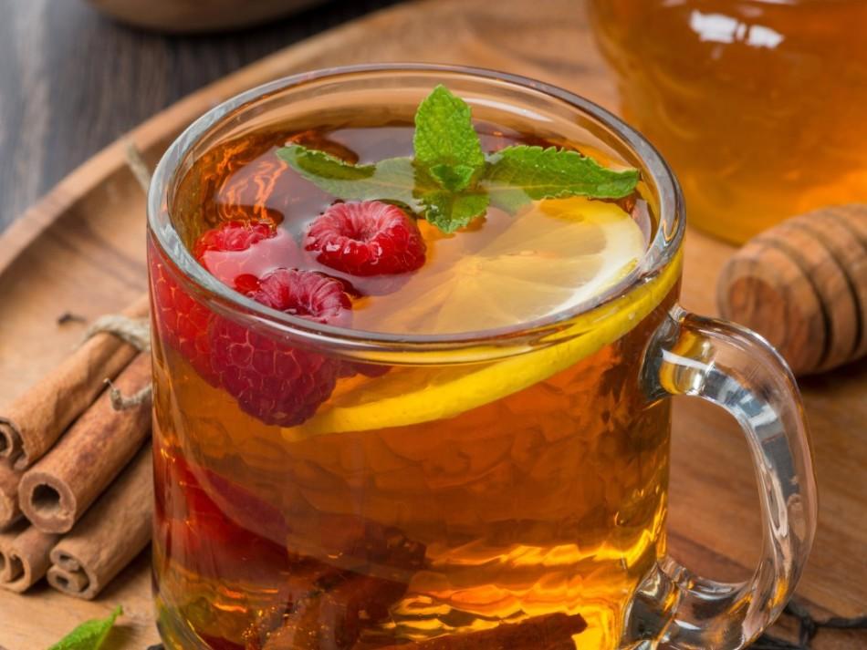 Безалкогольный глинтвейн с малиной отлично помогает при температуре