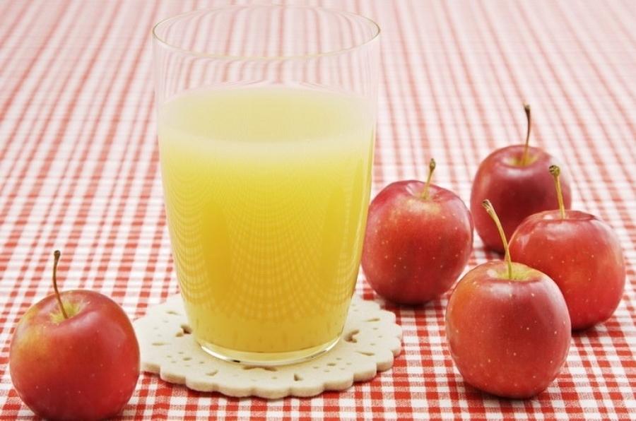 Яблочный сок хорошо очищает печень, но он должен быть натуральным.