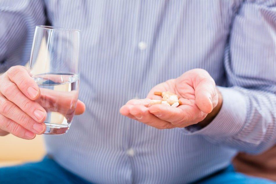 Мужчина собирается принять антидепрессанты, поскольку выходит из-под акогольной зависимости