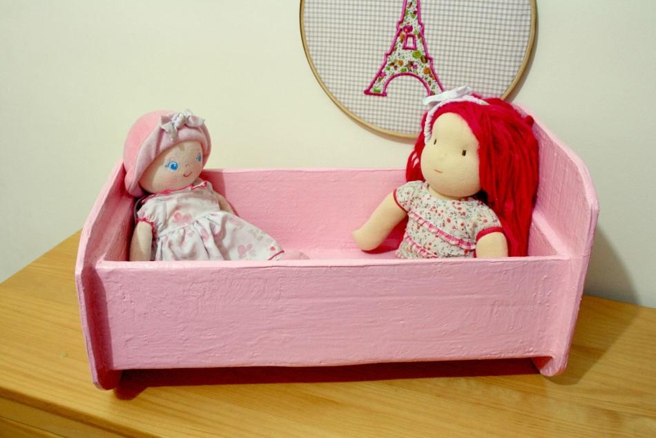 gotovaya-krovatka-dlya-kukol-iz-kartona Домик и мебель для кукол своими руками из картона: схема, выкройка, фото. Как сделать кровать, диван, шкаф, стол, стулья, кресло, кухню, холодильник, плиту, коляску для кукол из картона своими руками