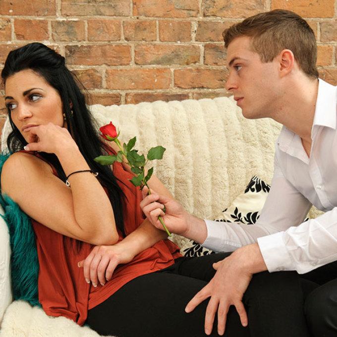Мужчина просит прощения женщины