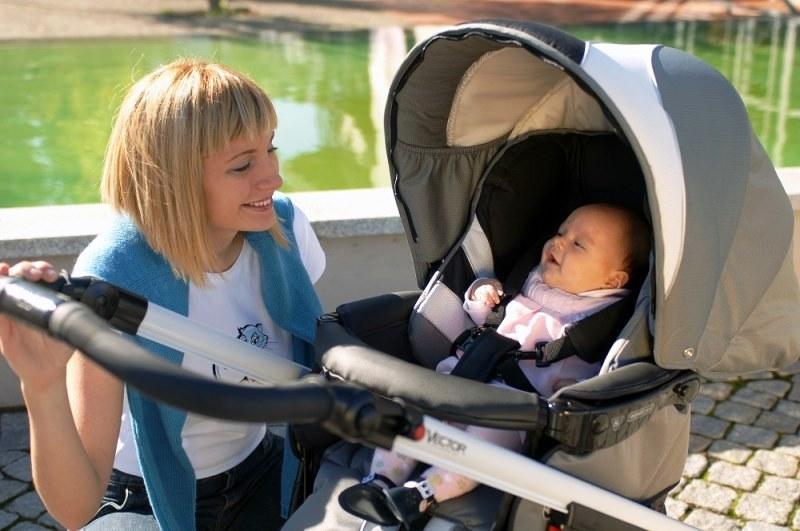 Гулять с ребенком, у которого режутся зубки, можно и нужно.