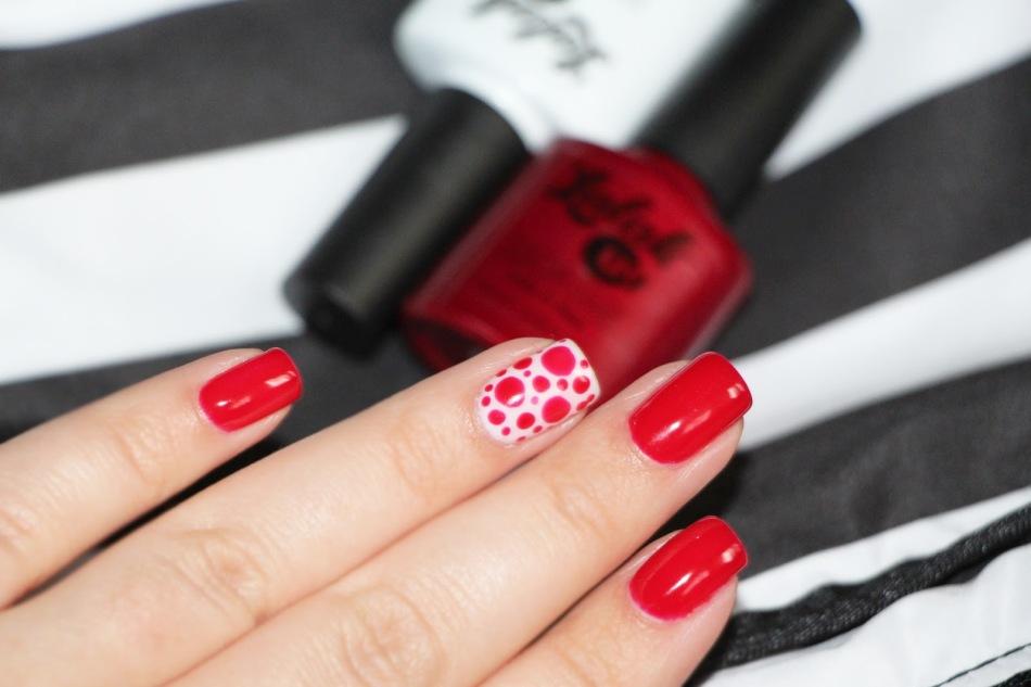 Простой летний дизайн ногтей - красный с акцентом