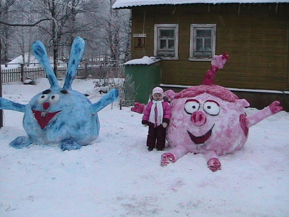Фигуры смешариков из снега возле дома
