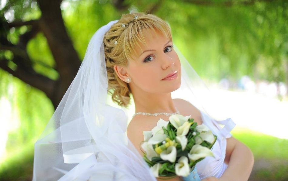 Невеста с красивой причёской и фатой