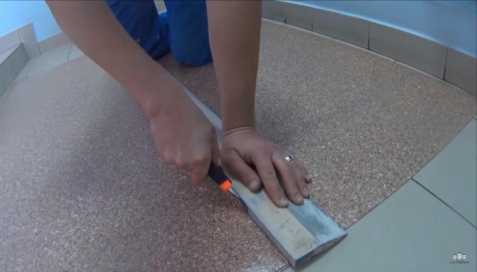 Разрезаем линолеум та, чтобы получился ровный стык