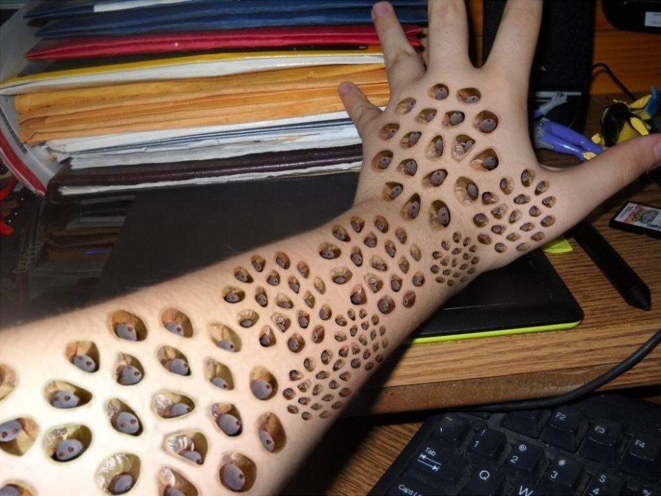 Декоративные отверстия на коже, вызывающие трипофобию
