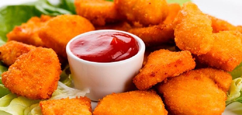 Наггетсы подают с томатным, кисло-сладким или сырным соусом