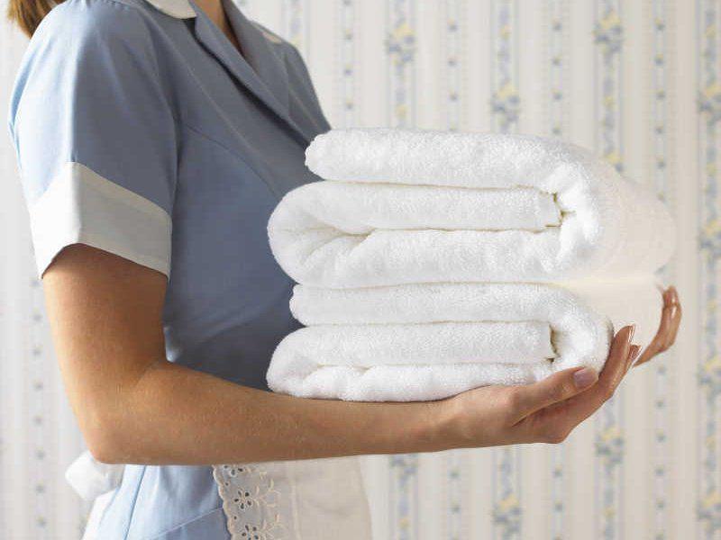 Вывести плесень с белой одежды и полотенец можно используя отбеливатель