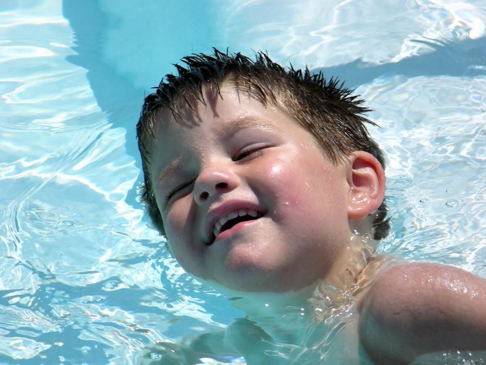 Часто уши закладывает во время купания