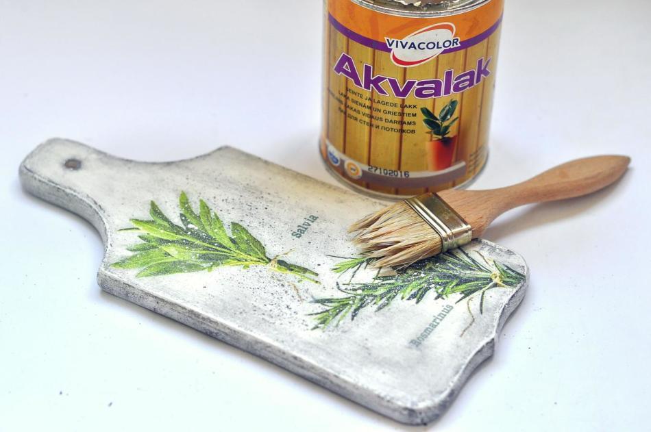 nanesite-lak---i-doska-v-stile-provans-gotova Техника декупаж - статьи, уроки, видео, история
