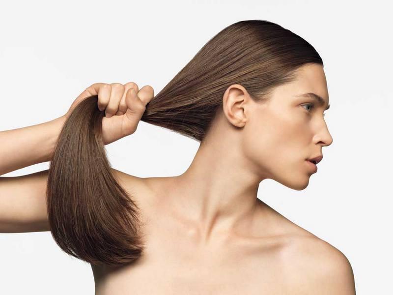 Девушка демонстрирует крепость своих волос