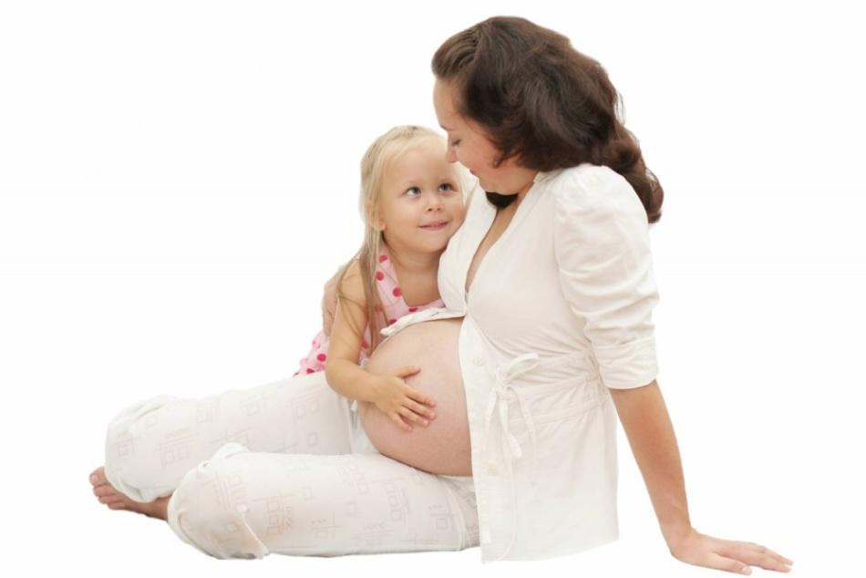 Счасливая беременная мама со старшей дочкой