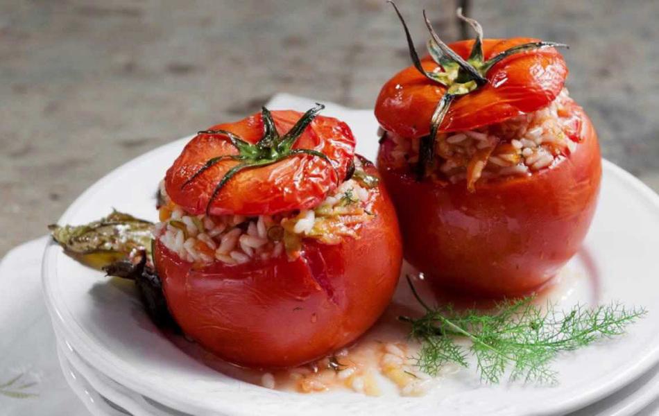 Фаршированные помидоры с тунцом и орешками обладают незабываемым вкусом