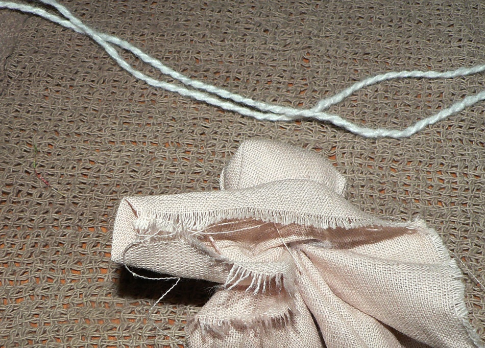 Уголки складываются внутрь в процессе создания ручек куклы-оберега