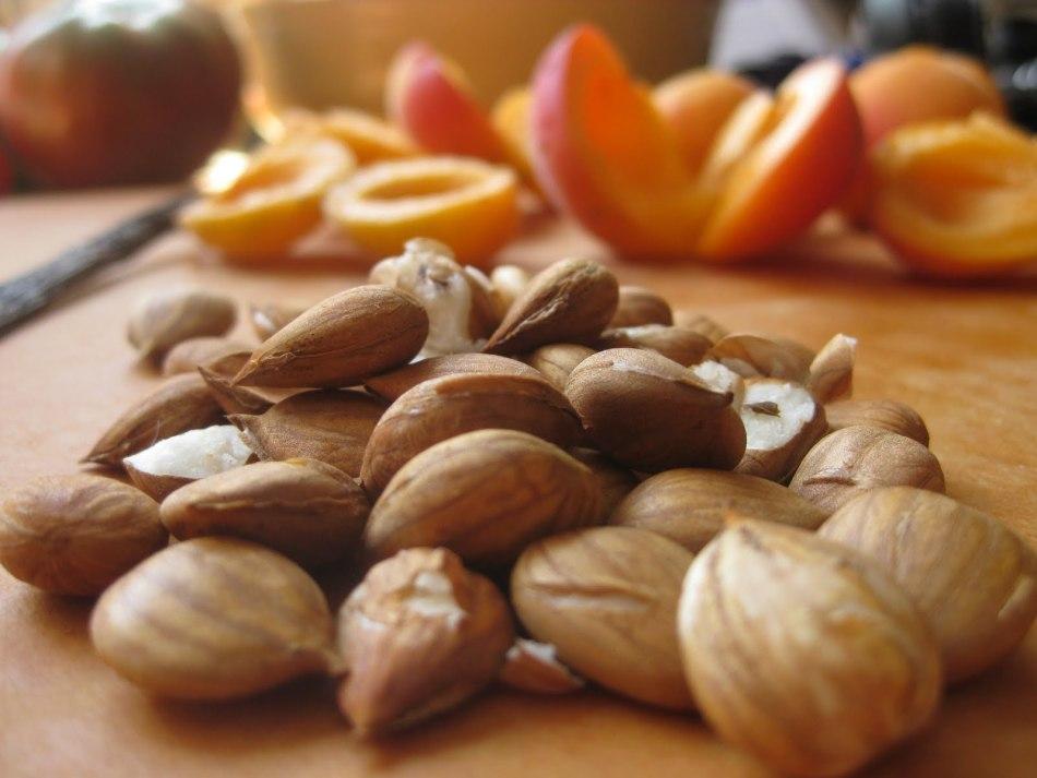 Полезные ядра абрикосовых косточек