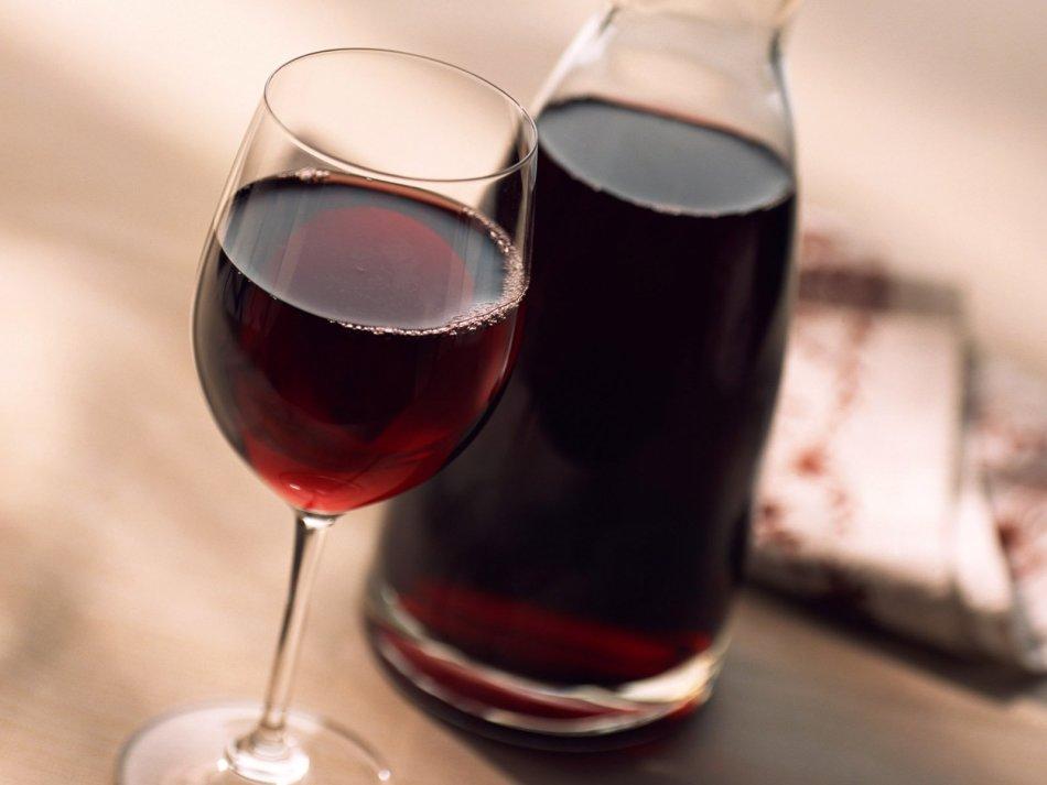 Рубиновое домашнее вино в бокале и бутылке