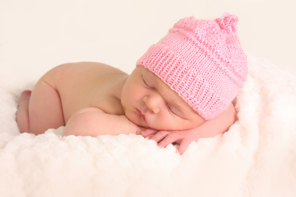 Новорожденный кроха в шапочке перед вычесыванием корочек