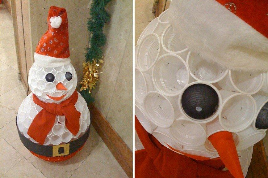 ukrashaem-snegovika Новогодний снеговик из пластиковых стаканчиков