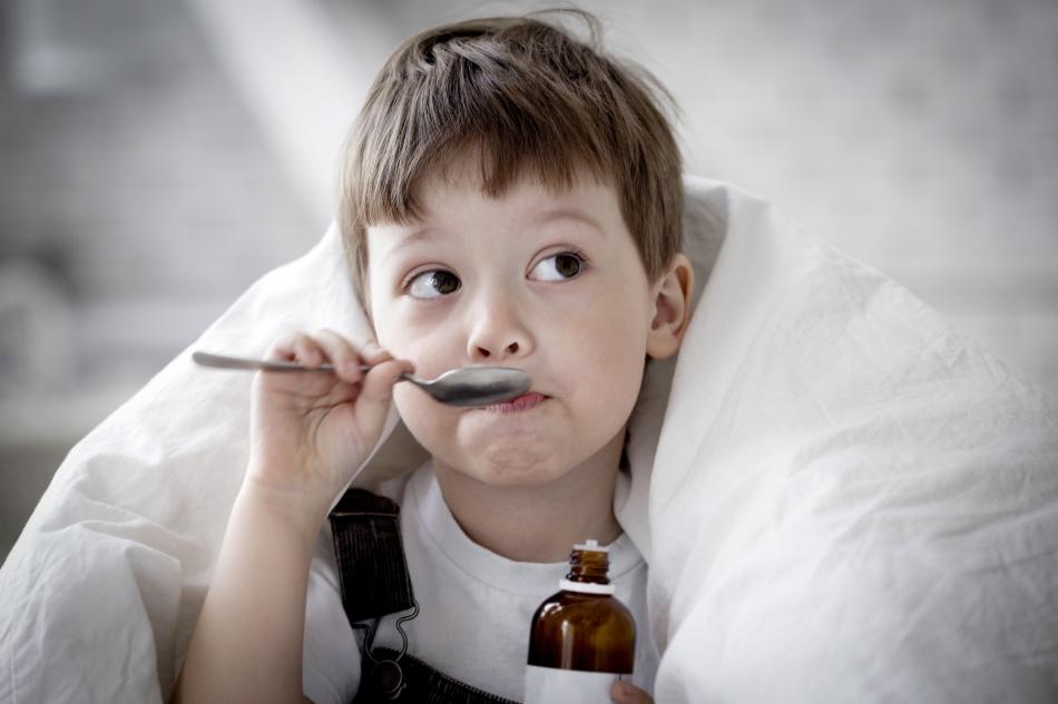 При сильном кашле детям рекомендуется давать сироп девясила