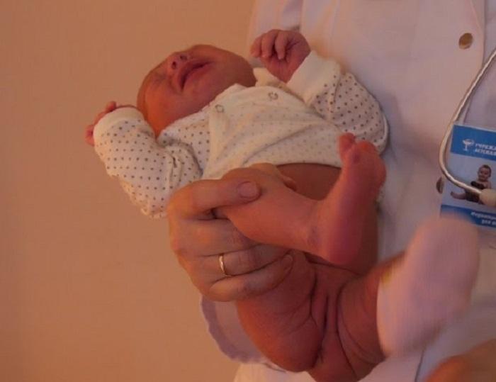 Как держать девочку во время подмывания