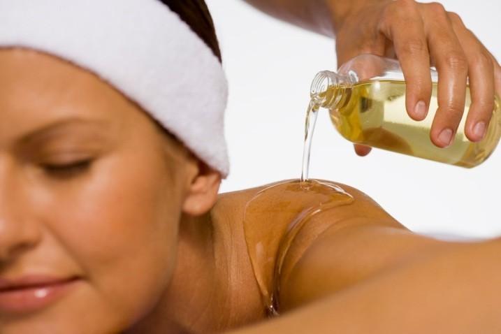 Смесь базовых масел с эфирным маслом зверобоя полезно для кожи