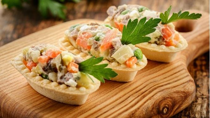 Вариант подачи салата оливье в тарталетках