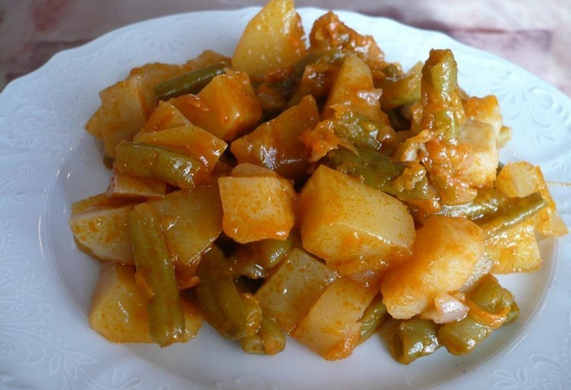 Картофель тушеный со стручковой фасолью.
