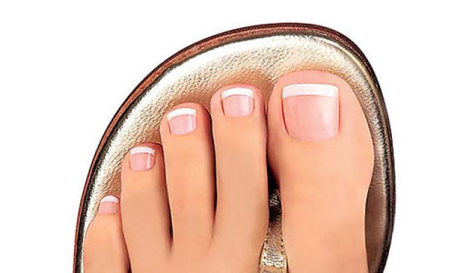 Ногти на ногах мягкий квадрат.