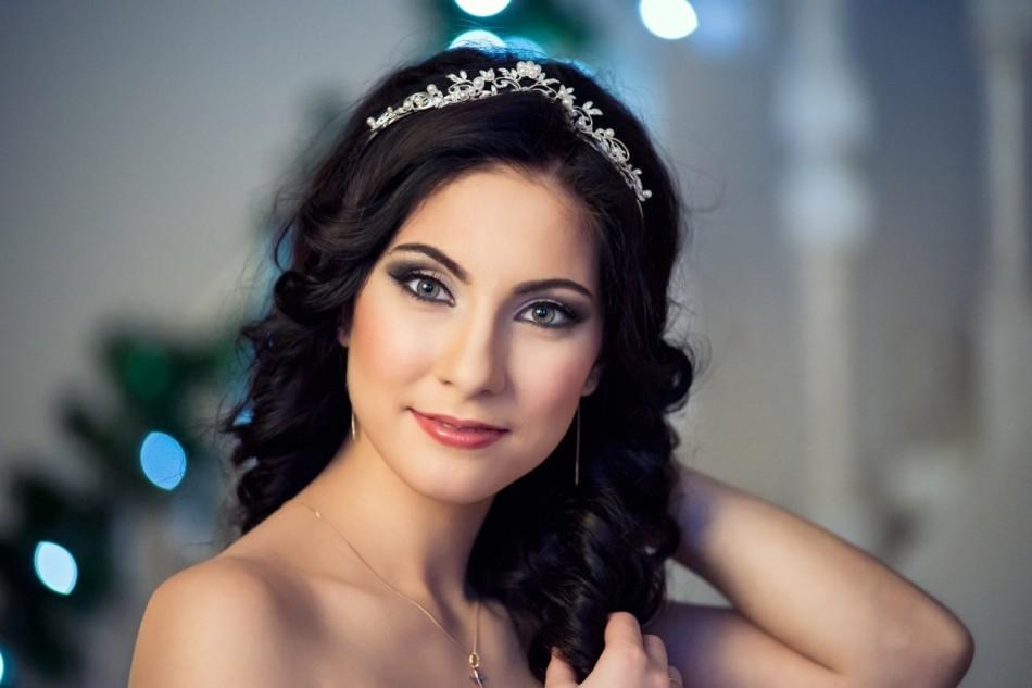 Свадебный макияж для брюнетки с зелёными глазами