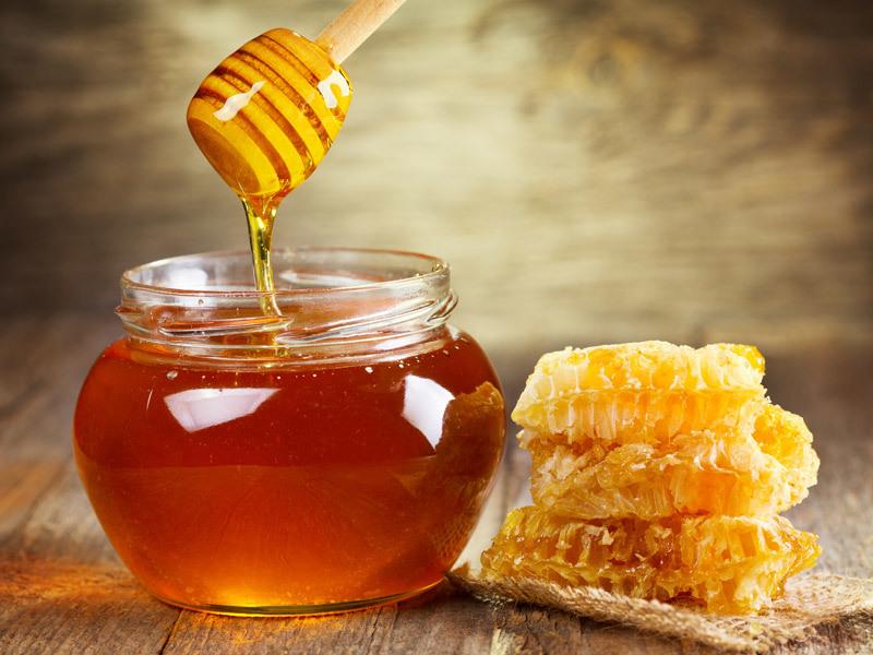 Мед осветляет волосы