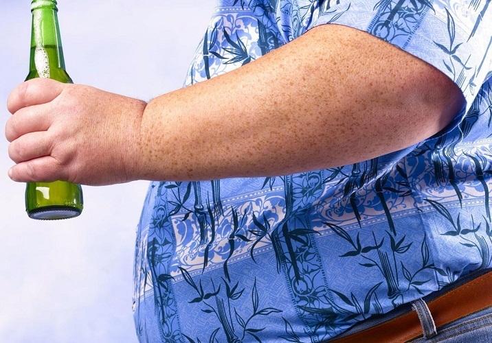 Каждодневный прием пива становится присной не только лишнего веса, но и ухудшения общего внешнего вида