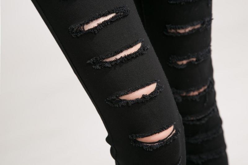 dirki-na-chernih-dzhinsah Как сделать красивые дырки и эффект потертости на джинсах своими руками: фото и видео уроки как можно красиво порвать джинсы в домашних условиях поэтапно и из обычных джинс сделать модные рваные