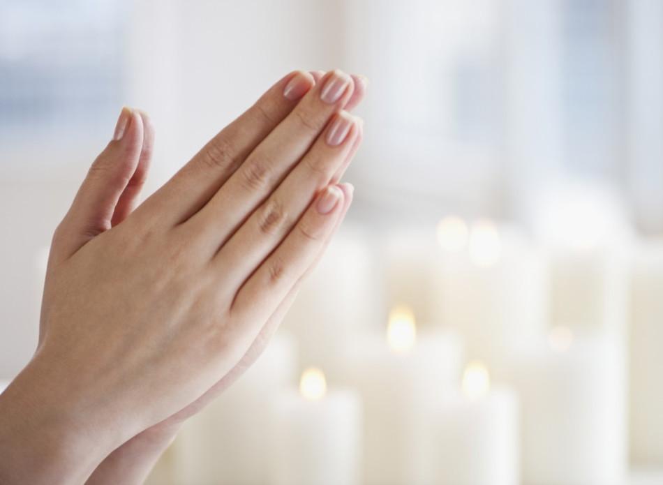 Сложенные руки девушки в молитве