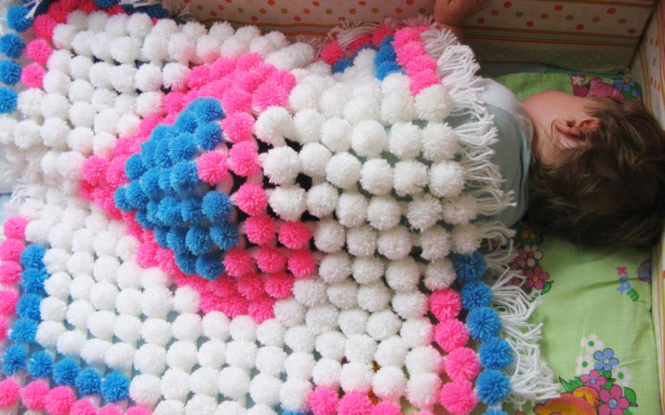 detskoe-odeyalko Коврик из помпонов своими руками с использованием шерстяных ниток и мусорных пакетов. Основа для коврика из помпонов своими руками