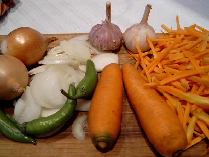 Сырые ингредиенты для приготовления вкусной приправы на зиму