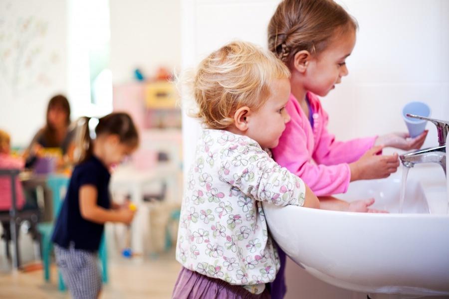 Одна из причин заражения контагиозным моллюском - контакт с зараженным ребенком