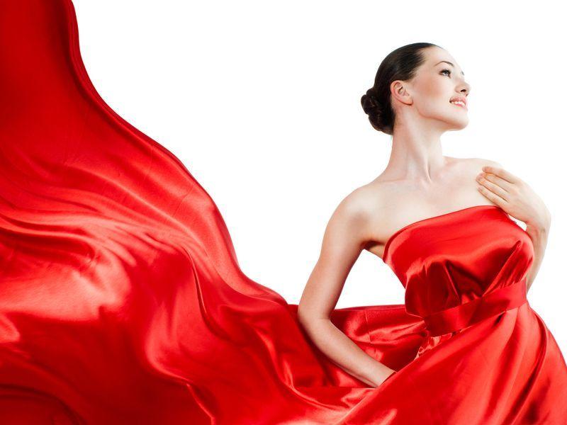 Красное платье у девушки