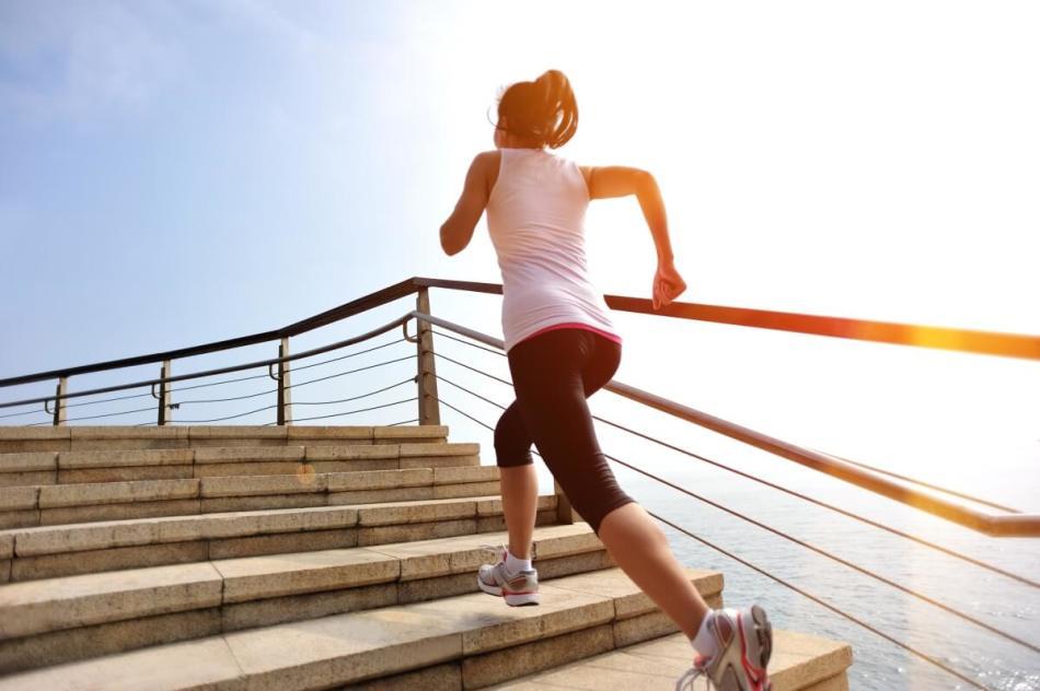 Девушка бежит вверх по лестнице и не ощущает боли в коленях